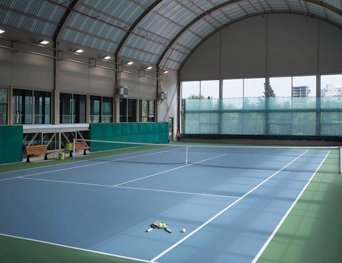 Son teknolojik zemine sahip kapalı kortta tenis oynamanın keyfi yaşayın
