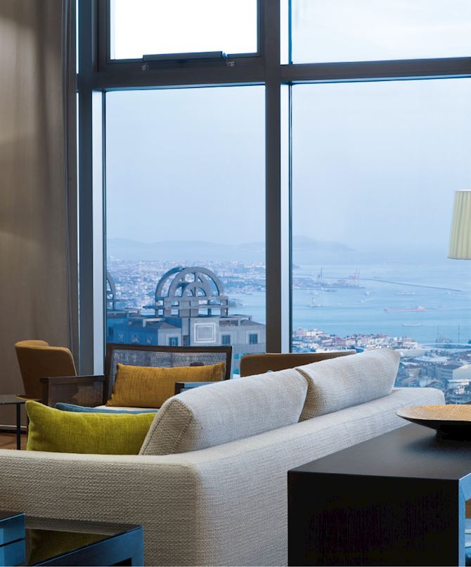 32.katta yer alan Executive Lounge'da Istanbul ve boğaz manzarası