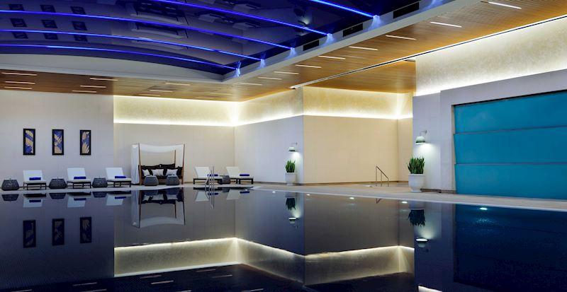 Sağlık Kulübü'nde bulunan yarı olimpik kapalı yüzme havuzu